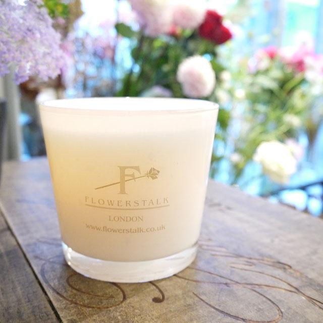 火を灯さなくとも上品な容姿の白いキャンドル。お部屋のインテリアにも柔軟に映える存在感のあるアイテム。スズランの優しく甘く透き通った香りは男女ともに人気のアロマ。