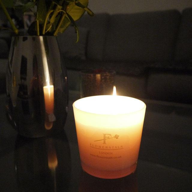 ホワイトのガラスは薄暗くライトを落とした部屋の中で、キャンドルの灯りでいっそうロマンティックな演出になる。器の内側から照らし出されたフラワーストークのゴールドのF文字のロゴが引き立ち上品で高貴な存在。