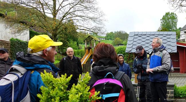 Begrüßung der Wandergruppe durch den Wanderführer Rainer Lemmer und Peter Franz