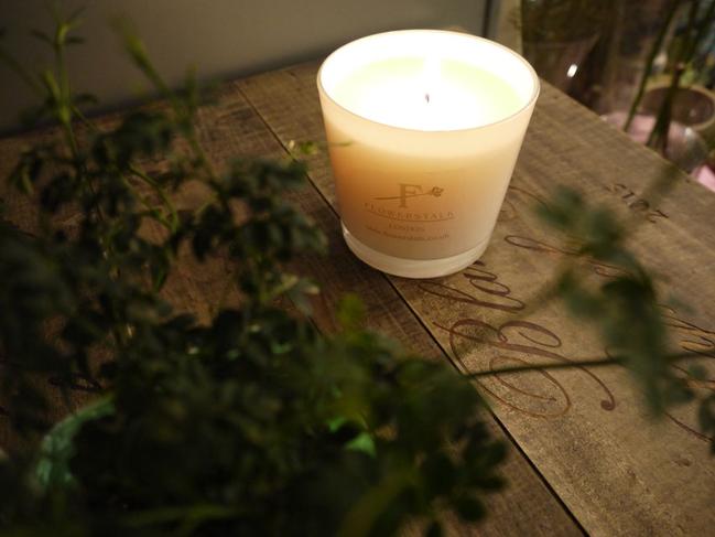 しっかりとした香りのアロマが好きな方に選ばれているフラワーストークアロマキャンドルジャスミン。ホワイトのガラス器のキャンドル・ジャスミンのとともに撮影。
