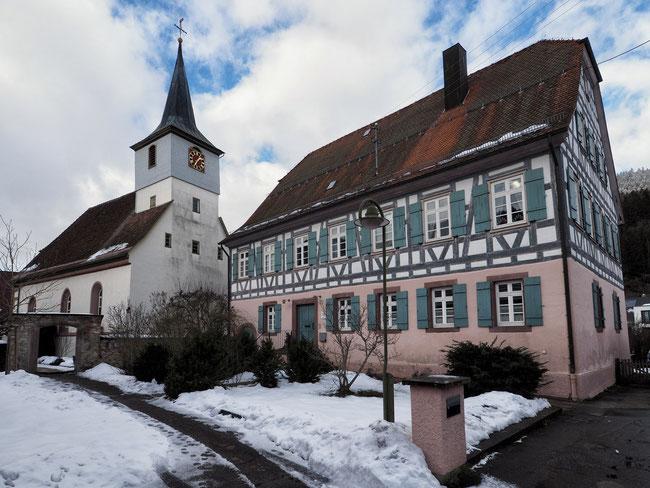 Pfarrhaus mit ev. Kirche