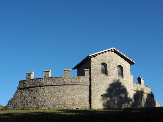 Rekonstruierter Eckturm mit Mauer (1982) - errichtet auf den originalen Grundmauern.