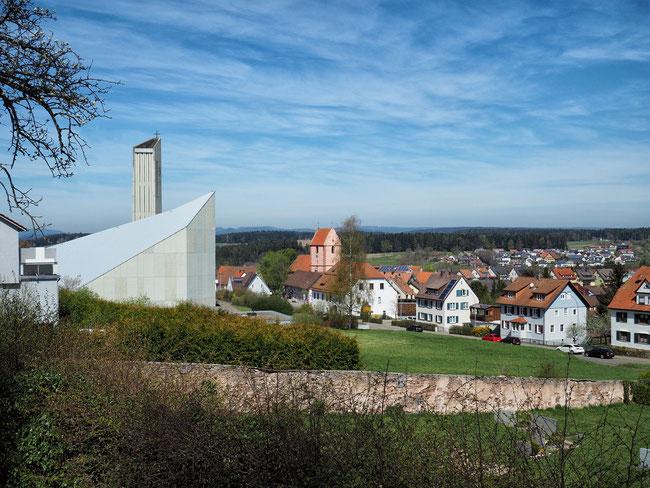 Blick auf die neue und alte katholische St.-Laurentius-Kirche