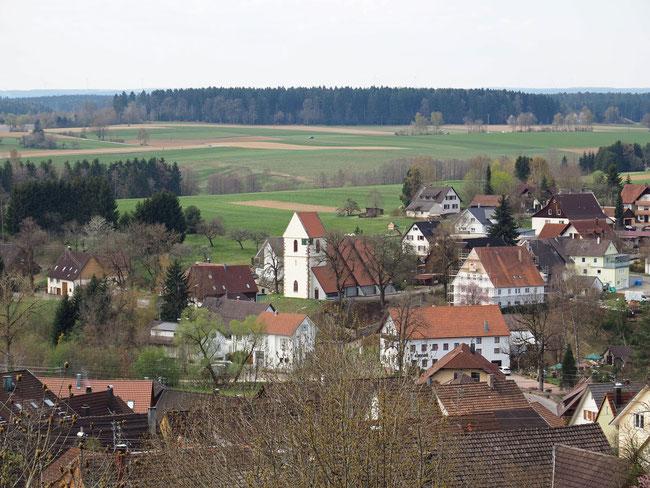 Blick auf Fluorn mit Pfarrhaus und evangelischer Kirche