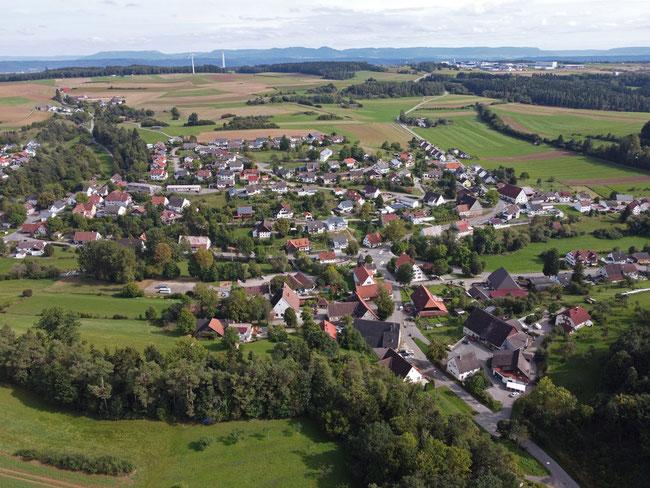 Blick auf Stetten - Bildmitte die katholische Kirche