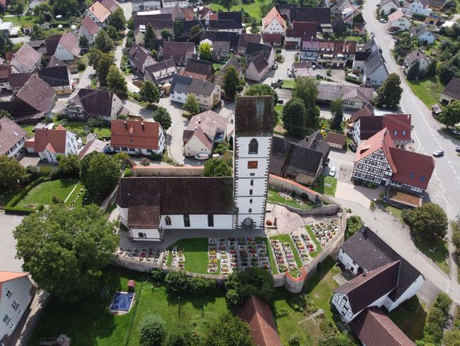 Blick auf die evangelische Kirche mit ihrer Umwehrung