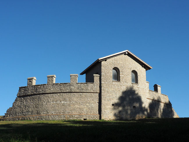 Am Originalplatz aufgebauter Turm des römischen Kastells Waldmössingen. Allerdings hatten die Kastelltürme kein Schrägdach, wie hier falsch rekonstruiert.