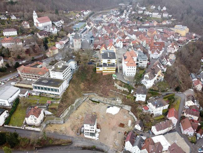 Blick auf die Oberndorfer Oberstadt. Deutlich sichtbar die hässlichen Schulgebäude und die Baulücke im Bereich der ehemaligen Brauerei