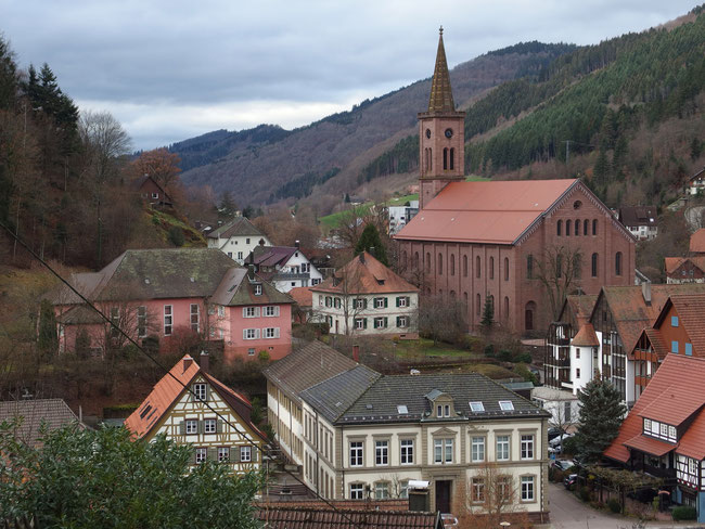 Blick auf die ev. Kirche und altes Schulhaus (Vordergrund)