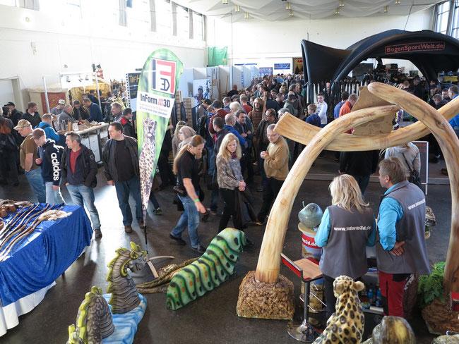Blick in eine der Messehallen der PaderBow 2016