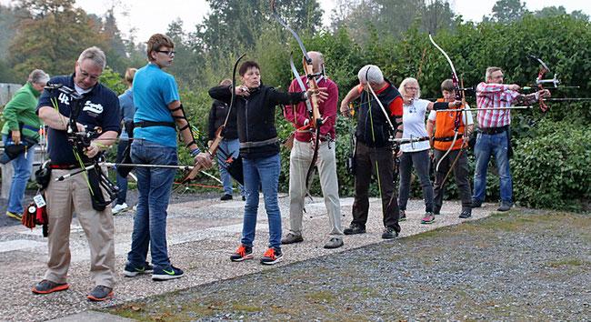 Bogenschützen in Horn Bad Meinberg  - ausnahmsweise mal mit den Trainern im Einsatz an der Schießlinie (Bert Mehlhaff ganz links und Martina Berg 2. v.r.)