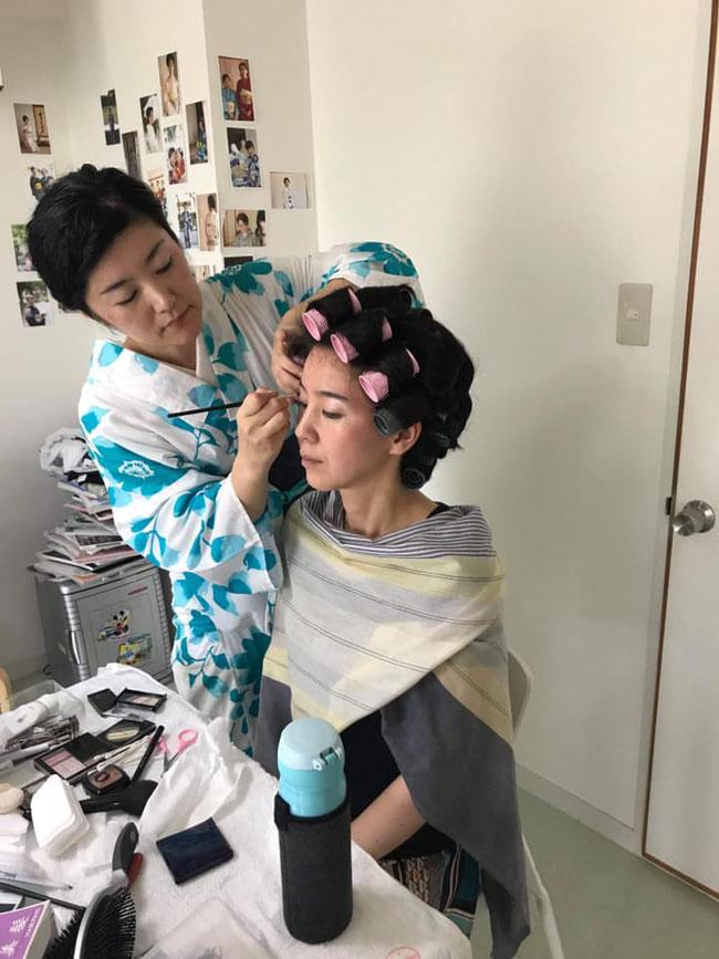 聖子さんにヘアメイクをしてもらっている変身途中の様子です(お写真お借りしました)