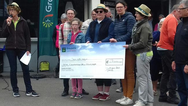 La Fondation GROUPAMA remet un chèque de 2 000 € à partager entre les 3 associations.
