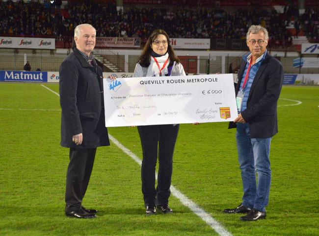 De gauche à droite: Mr. Michel MALLET (Président du Club Q.R.M.), Mlle Mirjana PAVLICEK (Vice-présidente de l'A.F.H.A.) et Mr. Philippe LANSOY (grand-père de Louis)