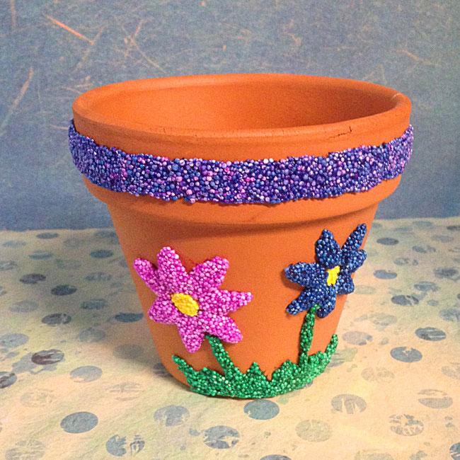 Basteln mit Kindern: Muttertagsgeschenk, Blumentopf dekorieren mit Foam Clay