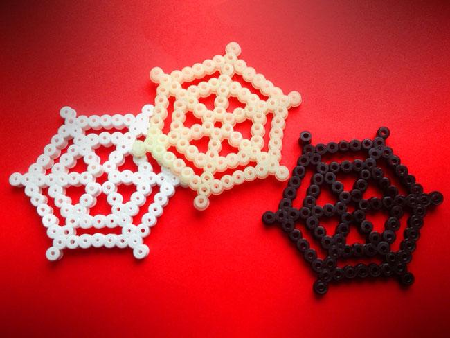 Für die Spinnennetze brauchst du eine fünfeckige Platte