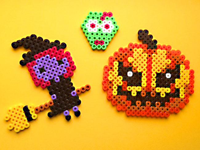 Halloween-Deko basteln aus Hama - Anhänger für den Halloween-Strauch - Hexe & Kürbis