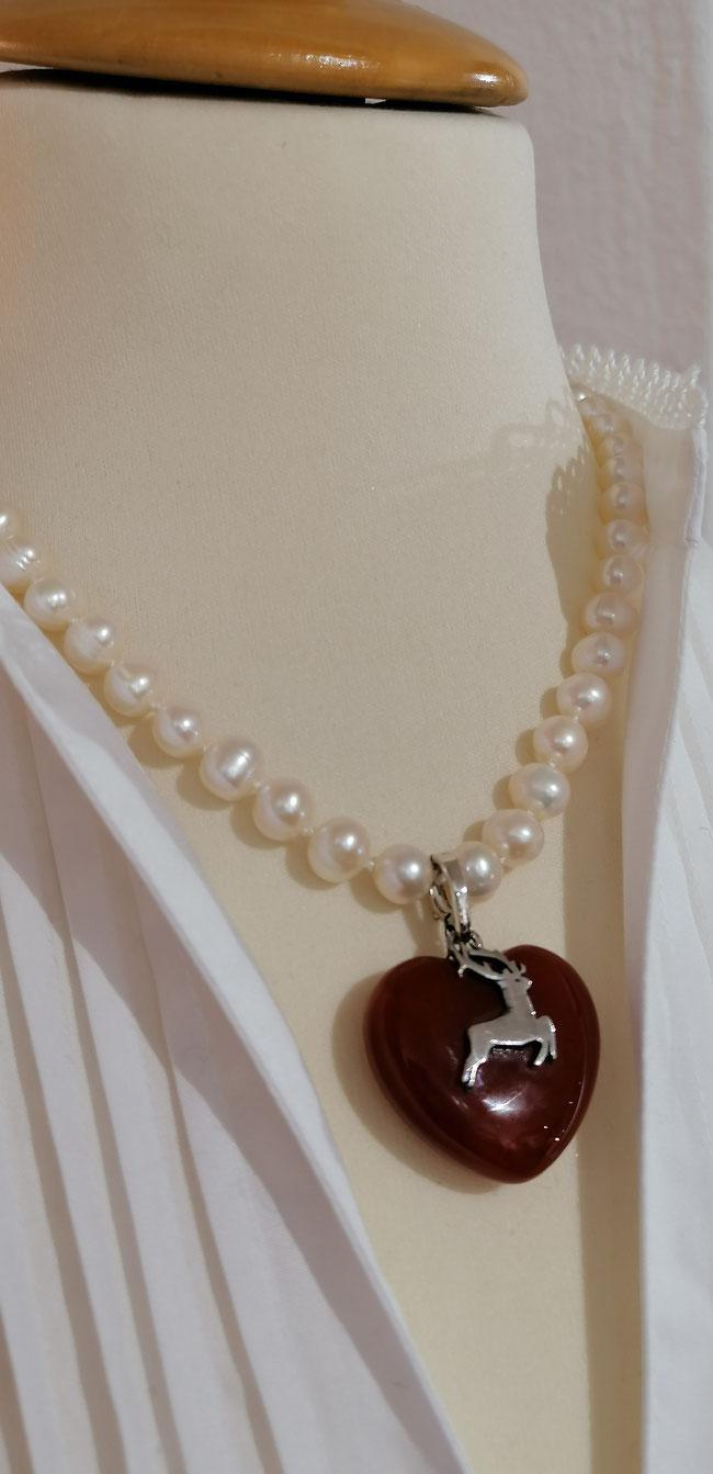 Perlenkette  aus Süßwasserperlen mit Bergkristall-Herz. TRACHT.heute