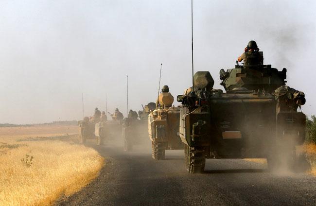 """Türkische Armee-Einheiten im Grenzgebiet: Soldaten würden inzwischen auf jeden Migranten schießen, der sich der Grenze auch nur nähere, heißt es unter Rebellen und Flüchtlingen. Die türkische Armee dementiert diese Vorwürfe und spricht von """"Warnschüssen""""."""