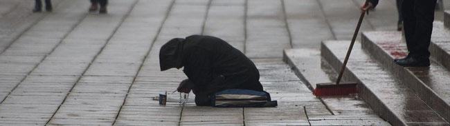 24,4 % der EU-Bürger sind von Armut betroffen oder bedroht. Das sind 122 Mio Menschen.