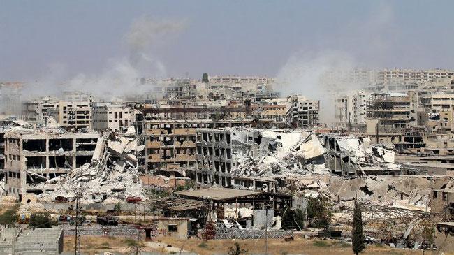 Rauch über Aleppo, während Regimekräfte versuchen, den von Rebellen gehaltenen Vorort Leramun einzunehmen © George Ourfalian/AFP/Getty Images