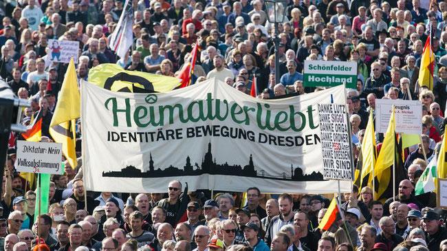 Auch die rechtsextreme Identitäre Bewegung beteiligte sich an der Kundgebung zum zweiten Jahrestag von Pegida auf dem Theaterplatz in Dresden. © Oliver Killig/dpa