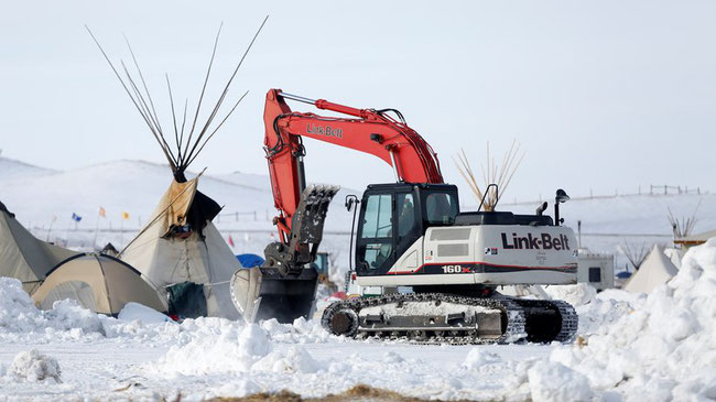 Ein Bagger entfernt Reste eines Protestcamps gegen die Dakota Access Pipeline in North Dakota. © Terray Sylvester/Reuters