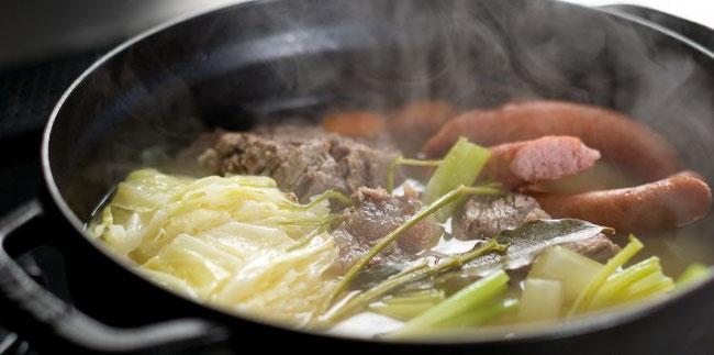 Potée de chou vert et saucisses fumées - Recette le cochon de falaise