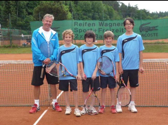 Die Meistermannschaft der U14 Knaben I (Lorenz, Michael, Luis, Nicolas) mit Ihrem Trainer Petr Brezina