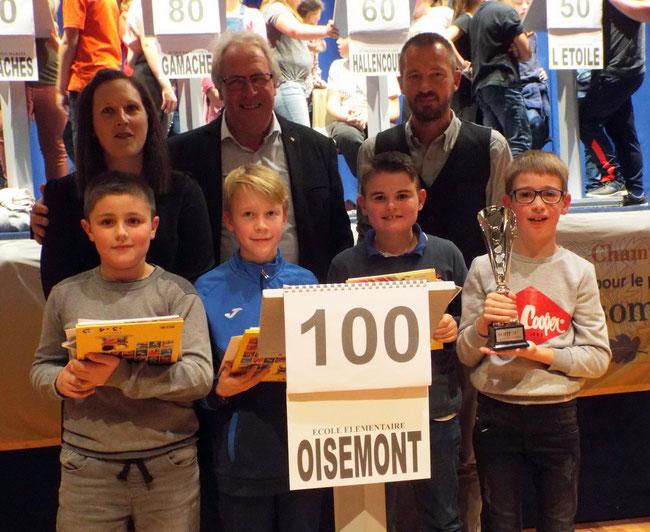 L'équipe de Oisemont championne 2018 accompagnée du Maire (au centre), du professeur des écoles ( à gauche) et du Directeur d'école