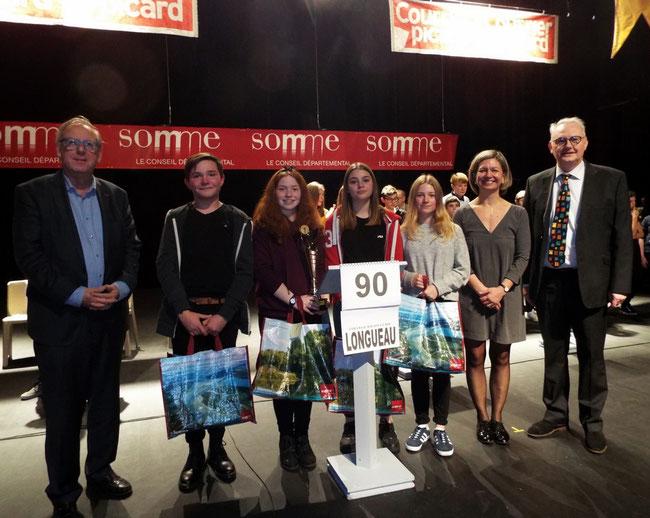 Le collège Joliot-Curie de Longueau vainqueur 2018 accompagné de Christian Manable Sénateur de la Somme (g) et de Bénédicte Thiébaut Présidente de la Communauté de communes du Grand Roye et Pascal Delnef Maire de Roye, Conseiller départemental (d)