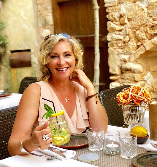 """Schlagerstar Claudia Jung, bei Dreharbeiten im Restaurant Goli für """" Es war nur eine Nacht"""""""