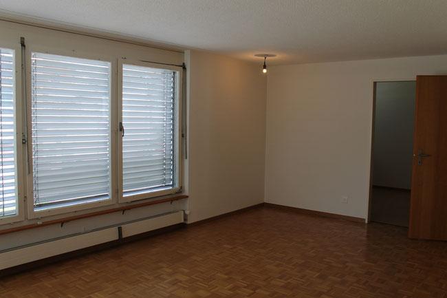 Wohnzimmer mit Essecke und Türe zur Küche