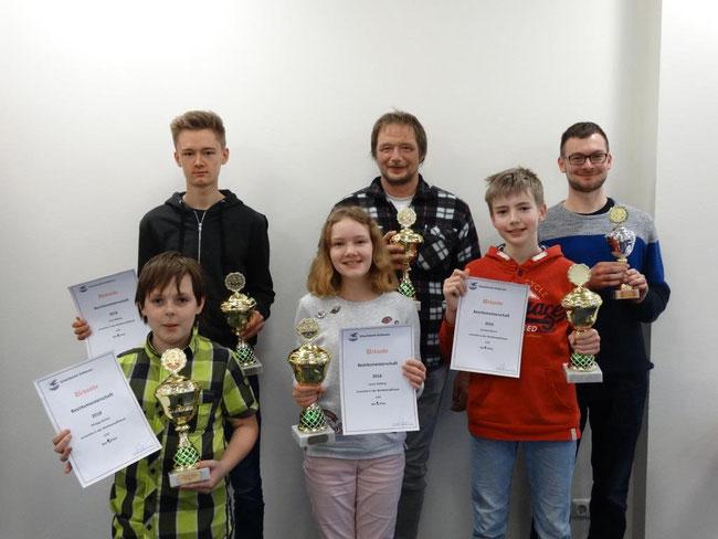 Unsere Sieger v.h.l.bis v.r.: U18 Jona Rößing, E Eckhard Krauße, Bltz. Simon Weber, U10 Philipp Seilius, U12 Laura Vöcking, U14 Leonard Kirsch
