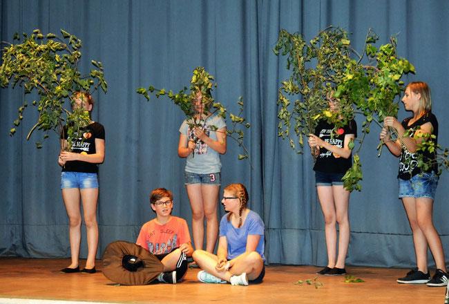 """Großen Applaus bekamen die jungen Künstler bei dem Theaterstück """"Hänsel und Gretel"""".               (fr)"""