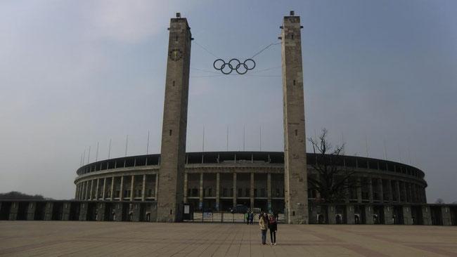 Vor dem Olympiastadion von 1936