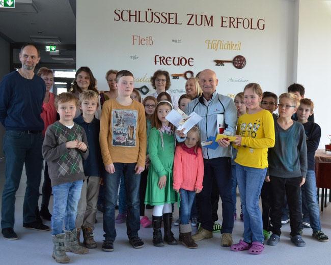 Foto: Spendenübergabe der Buchbacher Schüler in der Aula der Grund- und Mittelschule Buchbach an DKMS-Botschafter Robert Glasl     (ram)