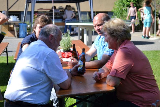 Angeregt diskutierten im Schatten die drei Bürgermeister Thomas Einwang, Maria Neudecker und Rainer Greilmeier.    (fr)