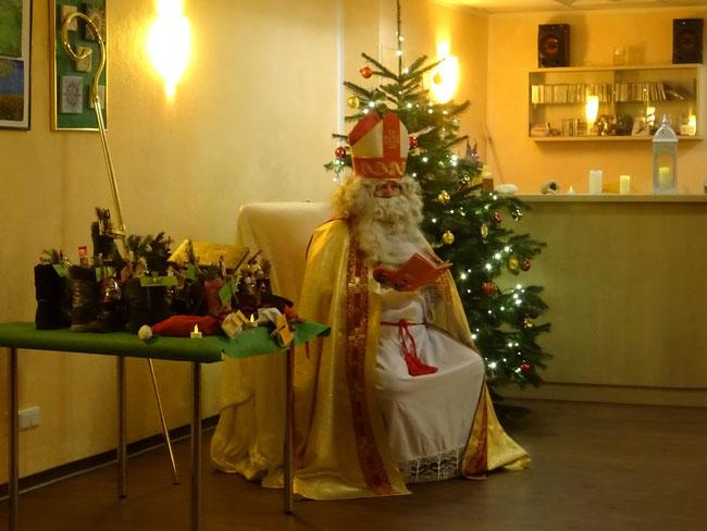 Sankt Nikolaus bei einem Besuch in einer Berliner Genossenschaft