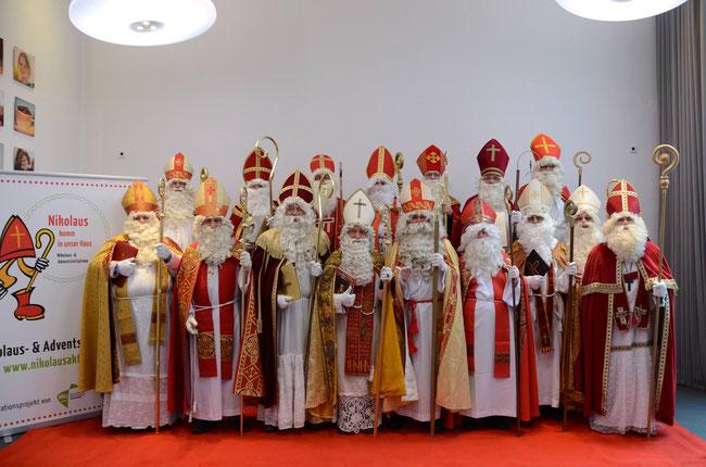 Offizielles Gruppentreffen der professionellen Nikolausen mit dem Berliner Nikolaus (1. Reihe  5 von links)