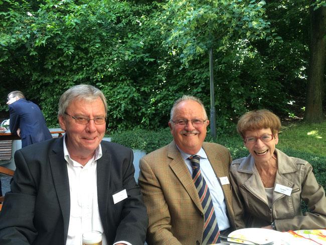 (v.L.n.R.) Herr Göbbels und Herr Müller (in Begleitung seiner Frau) nahmen als Mitglieder des Braunkohlenausschusses am 26.06.2016 am jährlichen Tscherperfrühstück im Tagebau Garzweiler teil.