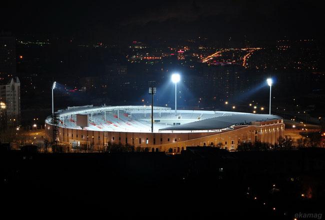 Das Stadion vor dem Umbau und der Tribünenerweiterung.Quelle: https://fotki.yandex.ru/next/users/vzadumin/album/158588/view/441052