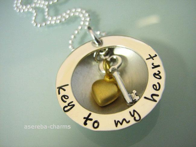 """Halbmedaillon """"key to my heart - Schlüssel zu meinem Herzen"""" mit Gravur (plus Schlüssel und Herz)"""