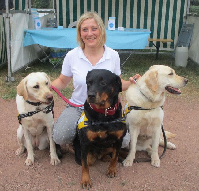 Caroline SCHMITT en présence de trois chiens de médiation lors d'un stand des CMUE