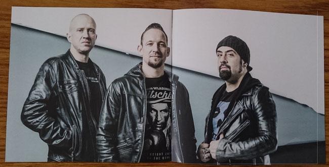 左からドラマーのジョン・ラーセン、リーダーでギター、ヴォーカルのマイケル・ポールセン、リードギターのロブ・カジアーノ。