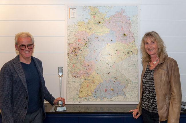 Mit Frank Brormann (li.) vor der Karte mit Calligraphy-Cut-Partnern