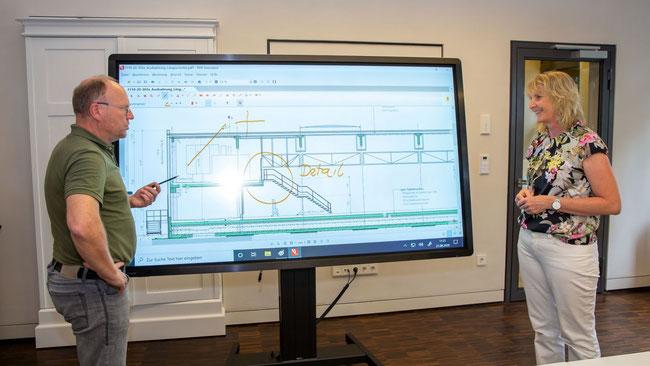 Thomas Kranz (l.) gibt interessante Einblicke in das vernetzte und nahezu papierlose Büro