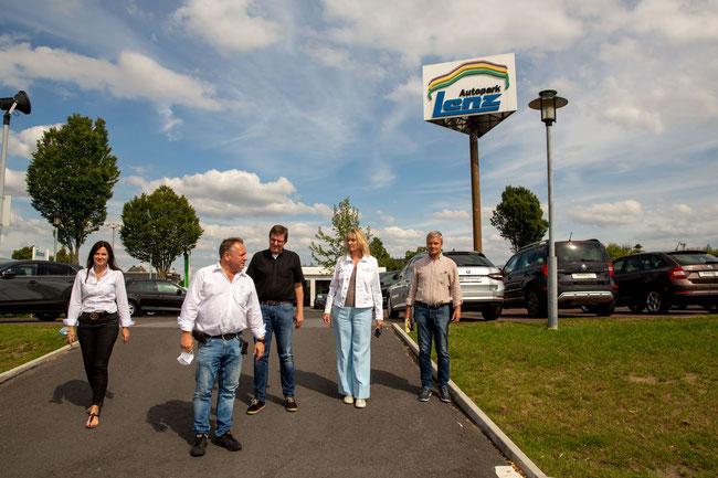 Beim Gang über das große Außengelände des Autoparks (v.l.): Bettina Lenz, Frank Lenz, Ludger Reckmann, Barbara Köß und Peter Haferkemper