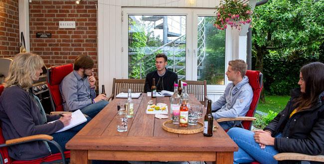(v.l.) Barbara Köß im Gespräch mit den jungen Grünen Leo, Ole, Jan und Josi