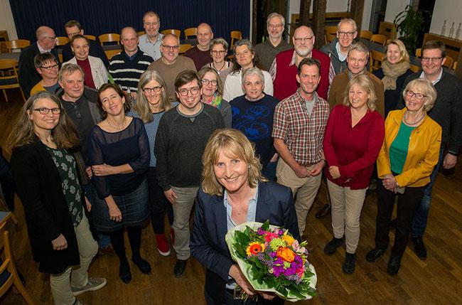 Einen Blumenstrauß vom Ortsverband von Bündnis 90/Die Grünen sowie viel Zuspruch bekam Barbara Köß am Donnerstagabend im Drostenhof. Dort hatte sich die 56-jährige Oelderin öffentlich als Bürgermeisterkandidatin für Oelde vorgestellt. Bild: Reimann